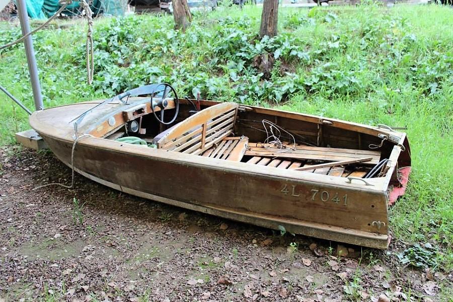 Motoscafo d'epoca in attesa di restauro